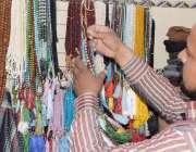 لاہور: ایک شہری رمضان المبارک کے آغاز پر تسبیح خرید رہا ہے۔