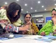 پشاور: سات روزہ ورکشاپ کی شرکاء مختلف اشیاء بنانے میں مصروف ہیں۔