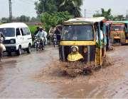 فیصل آباد: گاڑیاں بارش کے جمع شدہ پانی سے گزر رہی ہیں۔