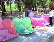 حیدر آباد: دکاندار نے گاہکوں کو متوجہ کرنے کے لیے مچھردانیاں سجا رکھی ..