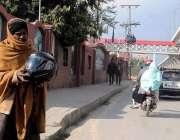 راولپنڈی: منشیات کا عادی ایک شخص چوری شدہ ہیلمٹ فروخت کررہا ہے۔