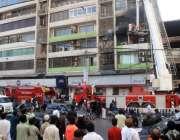 کراچی: ریسکیو اہلکار نجی بینک میں لگنے والی آگ پر قاپو پانے کی کوشش ..