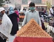 پشاور: ریڑھی بان کھانے پینے کی اشیاء فروخت کررہا ہے۔