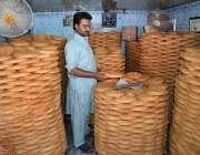 فیصل آباد: عیدالفطر کی آمد کے موقع پر دکاندار پھنیاں سجارہا ہے۔