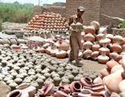 حیدر آباد: مزدور مٹی کے بنے برتن ترتیب سے رکھنے میں مصروف ہے۔