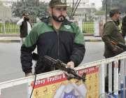 لاہور: پنجاب اسمبلی کے اجلاس کے موقع پر پولیس اہلکار الرٹ کھڑا ہے۔