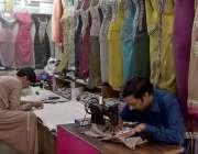 راولپنڈی: عید کی تیاریوں میں مصروف درزی کپڑوں کی سلائی میں مصروف ہے۔