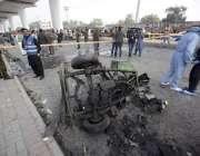 لاہور : ملتان روڈ پر دھماکے سے تباہ ہونے والے رکشے کا ملبہ پڑا ہے۔