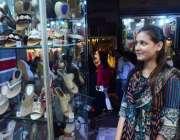 حیدر آباد: عید کی تیاریوں میں مصروف خاتون ایک دکان سے جوتے پسند کر رہی ..