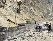 گلگت: مزدور نیلٹر ایکسپریس وے کے تعمیراتی کام میں مصروف ہیں۔