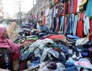 لاہور: خواتین لنڈا بازار سے گرم کپڑے خرید رہی ہیں۔