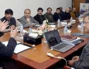 لاہور: وفاقی وزیر تعلیم شفقت محمود ایک اجلاس کی صدارت کررہے ہیں۔