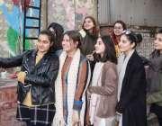 لاہور: نیشنل کالج آف آرٹس میں طالبات سیلفی لے رہی ہیں۔