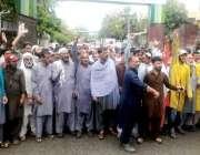 راولپنڈی: ویسٹ مینجمنٹ کے اہلکار مطالبات کے حق میں پریس کلب کے باہر ..