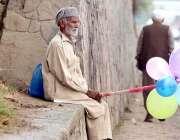 راولپنڈی: معمر محنت کش گھر کا چولہا جلانے کے لیے پلاسٹک بیلون فروخت ..