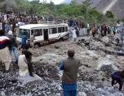 چترال: مسافر بس سیلابی پانی میں پھنسی ہوئی ہے۔