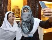 پشاور: پناہ گزینوں کے عالمی دن کے موقع پر دو خواتین سیلفی بنا رہی ہیں۔
