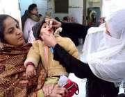 حیدر آباد: انسداد پولیو مہم کے دوران ایک بچے کو پولیو کے قطرے پلائے ..