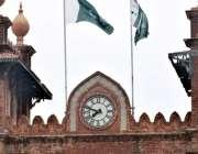 لاہور: ٹاؤن ہال کی بلڈنگ پر نصب گھڑی عرصہ دراز سے خراب پری ہے جب کہ انتظامیہ ..