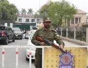 لاہور: پنجاب اسمبلی کے اجلاس کے موقع پر پولیس اہلکار داخلی راستے پر ..