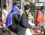 لاہور: لاہورہائیکورٹ کے حکم کی خلاف ورزی کرتے ہوئے بغیر ہیلمٹ موٹر ..