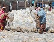 ملتان: محنت کش خواتین پلاسٹک کے بیگ خشک کرنے کے لیے پھیلا رہی ہیں۔