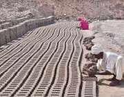 فیصل آباد: معمر مزدور بھٹہ پر اینٹیں بنا رہا ہے۔