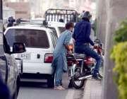 راولپنڈی: مری روڈ پر ٹریف جام کے باعث ایک شخص اپنی موٹر سائیکل فٹ پاتھ ..