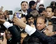 لاہور: سابق وزیراعظم نواز شریف کی احتساب عدالت پیشی کے موقع پر ایک وکیل ..