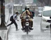 راولپنڈی: بارش کے دوران موٹرسائیکل سوار اپنے بچوں کے ساتھ اپنی منزل ..