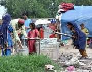پشاور: خانہ بدوش بچے ہینڈ پمپ سے پینے کے لیے پانی بھر رہے ہیں۔