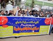 راولپنڈی: اصغر مال کالج کے اساتذہ پریس کلب کے باہر اپنے مطالبات کے حق ..