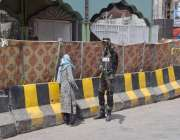 لاہور: داتا دربار خود کش دھماکے کے بعد رینجرز کاجوان ایک بزرگ خاتون ..