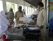 ملتان: حجاج کرام حج پر روانہ ہونے سے قبل ضروری اشیاء خرید رہے ہیں۔