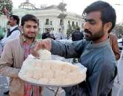 لاہور: مال روڈ پر ایک شخص پتیسہ فروخت کررہا ہے۔