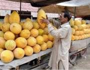 لاہور: ریڑھی بان گاہکوں کو متوجہ کرنے کے لیے گرما سجا رہا ہے۔