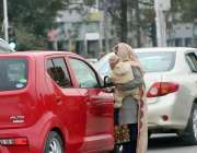 اسلام آباد: ایک خاتون ٹریفک سگنل پر بھیک مانگ رہی ہے۔