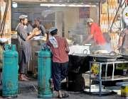 راولپنڈی: شب برات کے موقع پر دکاندار نے ایل پی جی سیلنڈر روڈ پر لگا رکھے ..