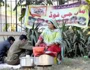 اسلام آباد: ایک خاتون جی-ایف کے آزادی مارچ کے موقع پرکھانے کا سٹال لگائے ..