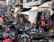 راولپنڈی: راجہ بازار میں جگہ جگہ پارک گئے گئے موٹر سائیکلوں نے پیدل ..