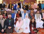 اسلام آباد: مقام ہوٹل میں منعقدہ تقریب کے موقع پر شرکاء کا گروپ فوٹو۔