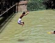 حیدر آباد: نوجوان گرمی کی شدت سے بچنے کے لیے نہر میں نہا رہے ہیں۔