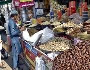 فیصل آباد: موسم کی تبدیلی کیساتھ ہی لوگ خشک میوہ جات خرید رہے ہیں۔