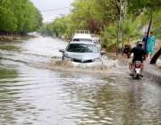 حیدر آباد: شہر میں ہونیوالی موسلا دھار بارش کے بعد جمع شدہ پانی سے گاڑیاں ..