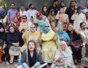 لاہور: پنجاب اسمبلی میں قائد حزب اختلاف حمزہ شہباز اظہار یکجہتی کے ..