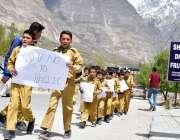ہنزہ: سکاؤٹس پلاسٹ بیگ کے خلاف آگاہی واک میں شریک ہیں۔
