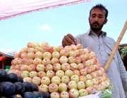 اسلام آباد: دکاندار گاہکوں کو متوجہ کرنے کے لیے موسمی پھل سجا رہا ہے۔