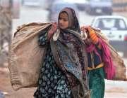 راولپنڈی: خانہ بدوش خواتین کارآمد اشیاء اٹھا جا رہی ہیں۔