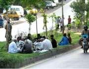 اسلام آباد: معمر شہری سڑک کنارے گرین بیلٹ پر بیٹھے تاش کھیل رہے ہیں۔
