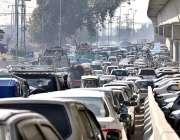 پشاور: ہائی کورٹ کے سامنے شدید ٹریفک جام کا منظر۔